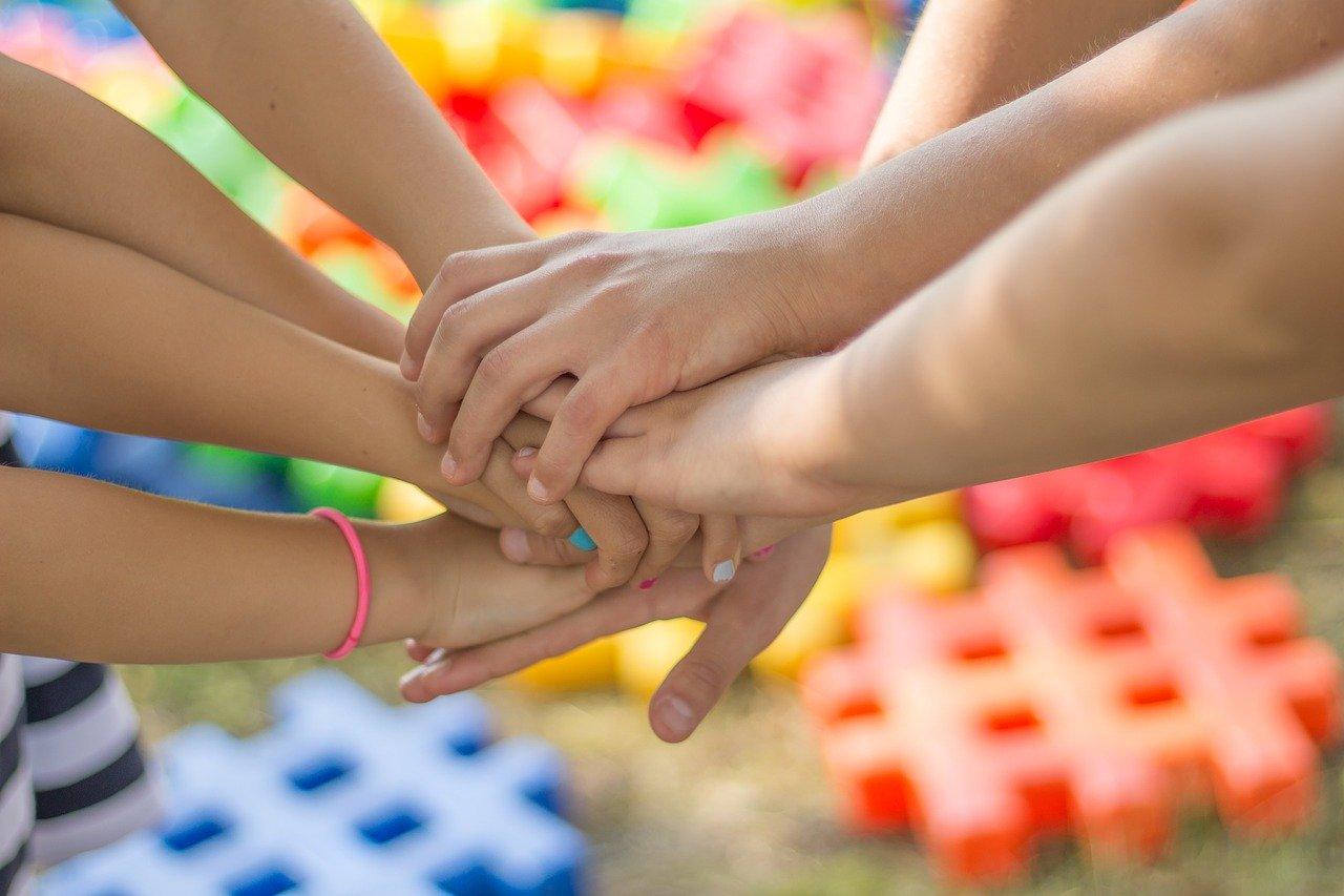 Jak rozmawiać z dziećmi i czym je zająć w domowym zaciszu?