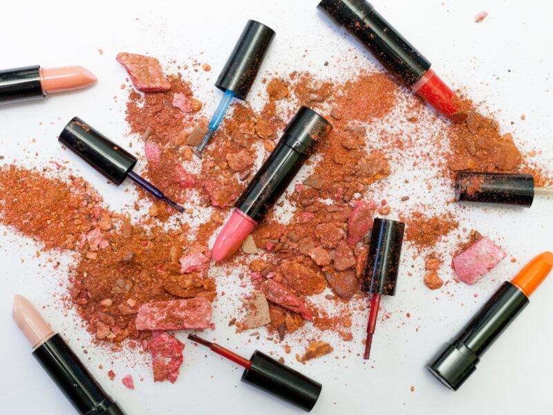 Innowacyjne sposoby na róż do makijażu – popraw swoje umiejętności
